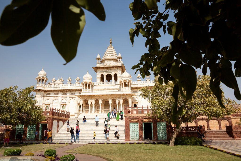 Vordergrund macht Bild gesund. Auf unserer Fotoreise Indien kannst du beim Jaswant Thada in Jodhpur mit einem natürlichen Vordergrund spielen.