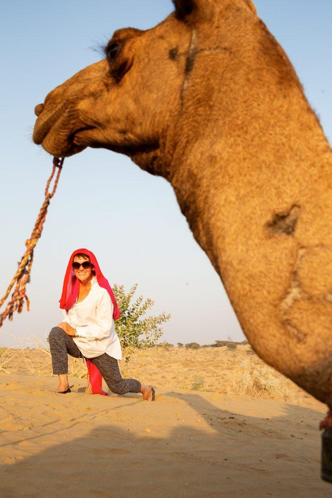 Am Nachmittag geht es raus auf Fotostreifzug in die Wüste. Auf dem Rücken eines Kamels, das wir für 1-2 Stunden reiten werden.