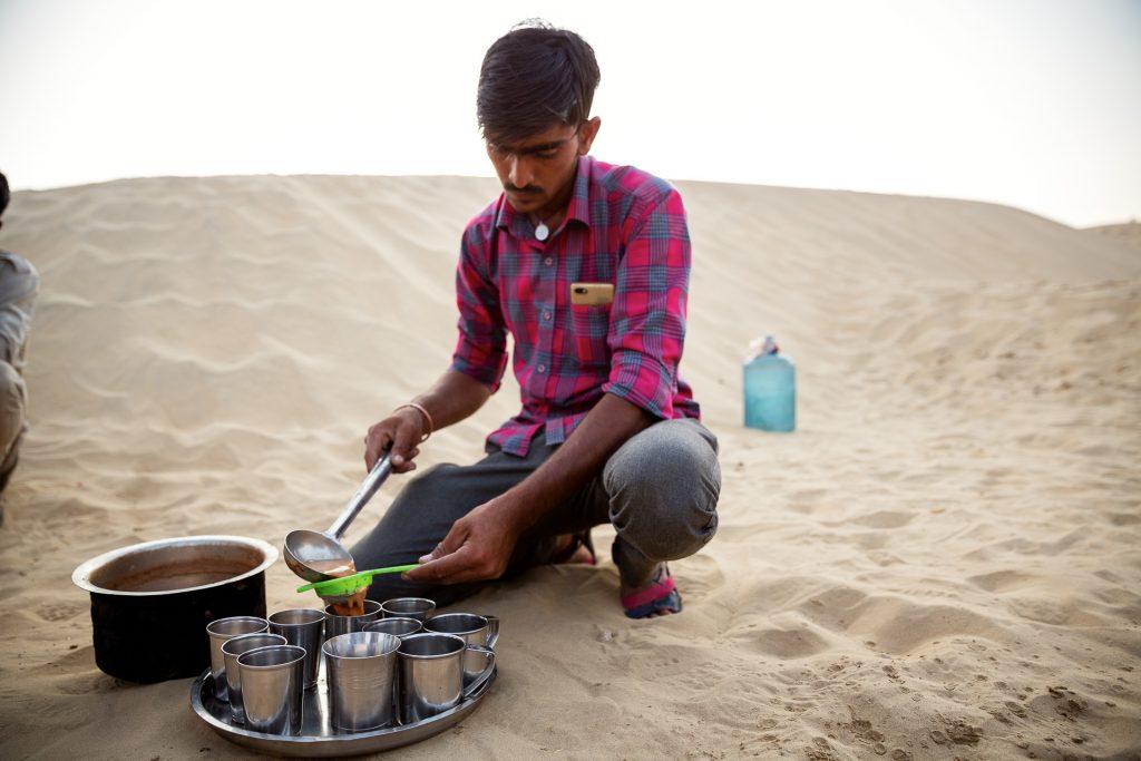 In der Wüste Thar nehmen wir auch unser Abendessen ein und genießen die Abendstunden in der Wüste.
