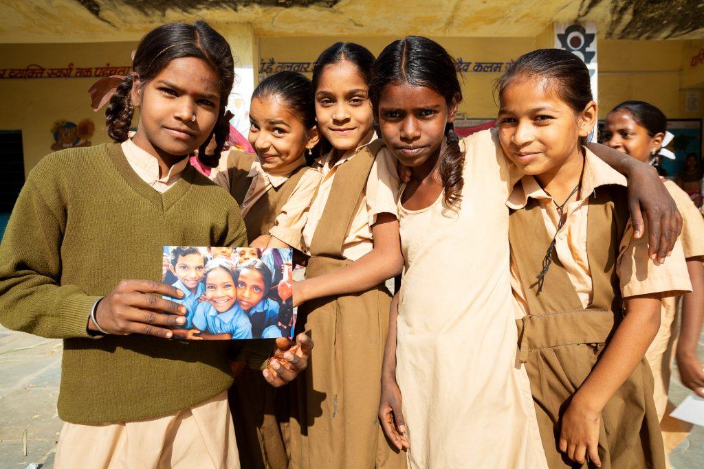 Wir besuchen eine Schule in der Nähe von Udaipur und verteilen die Fotos der letzten Fotoreise.