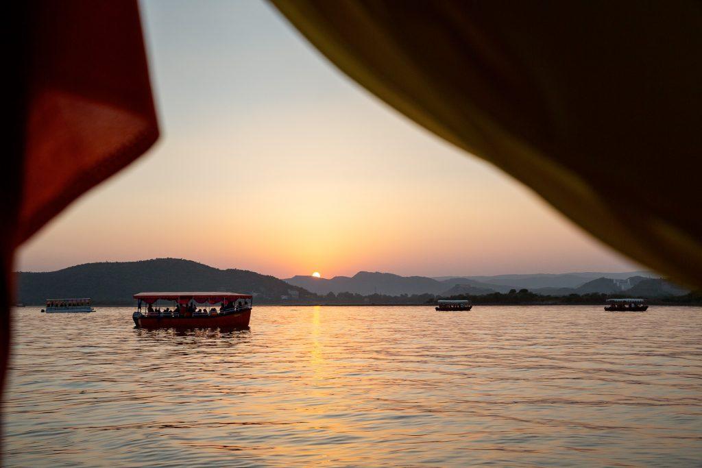 Am Lake Pichola genießen eine Ausfahrt zum Sonnenuntergang.