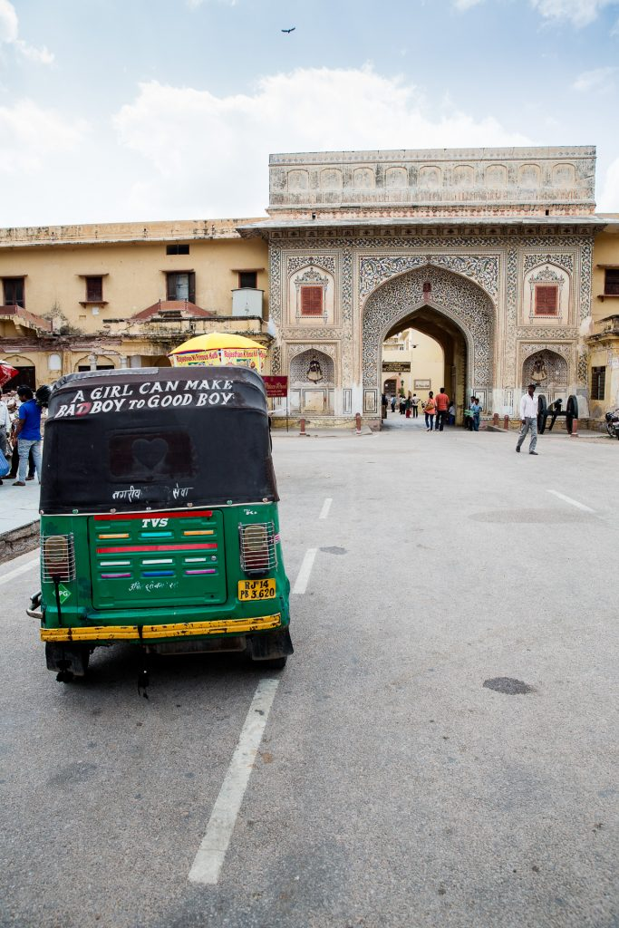 In der pinken Stadt Jaipur streifen wir durch den City Palace und fotografieren das bunte Straßenleben.
