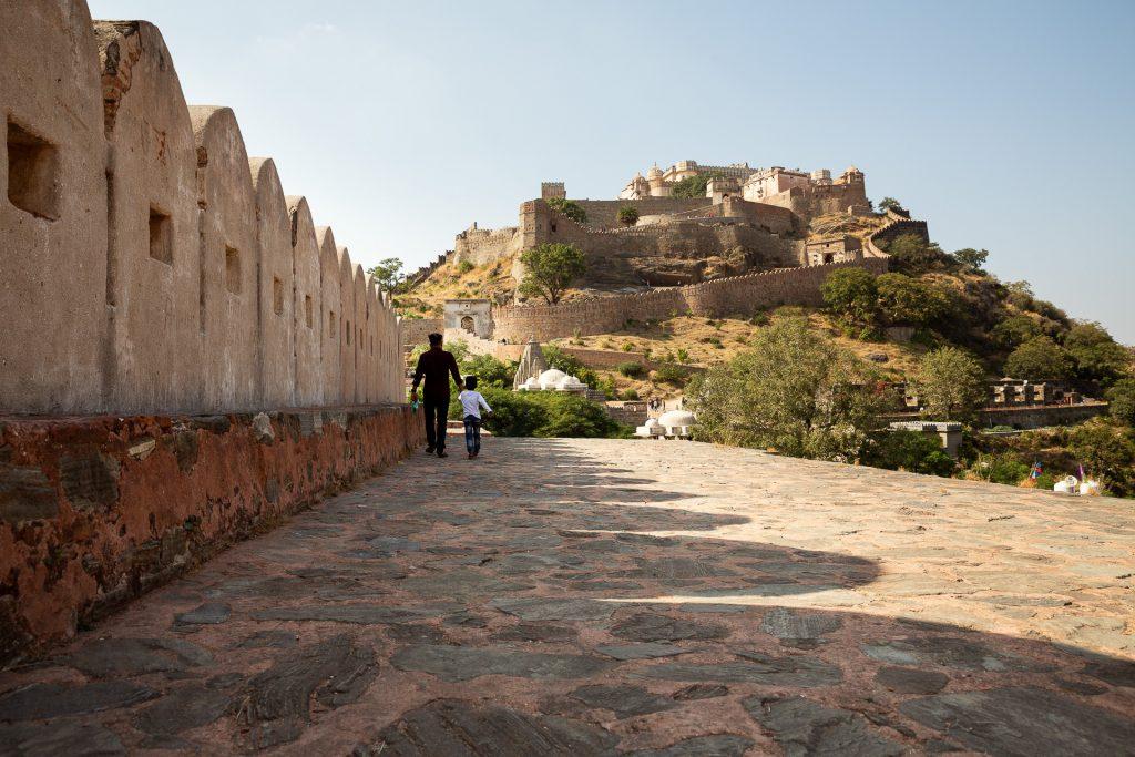 Wir halten auf unserer Fotoreise Indien beim eindrucksvollen Kumbhalgarh Fort, von dessen Dach man einen grandiosen Ausblick auf die Umgebung bekommt.