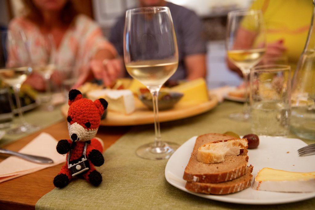 Bei einem geselligen Austausch endet unser gemeinsamer Fotokurs. Finn hilft dir immer gerne, solltest du mit deiner Jause oder Weinverkostung nicht fertig werden ;-)