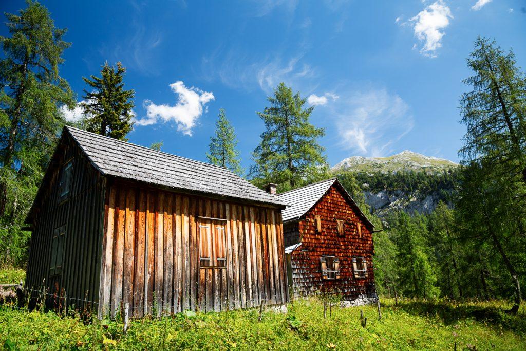 Du kannst den Tag einfach vor einer idyllischen Alpen-Kulisse in der Almwiese liegen und ungestört die Wolken zählen.