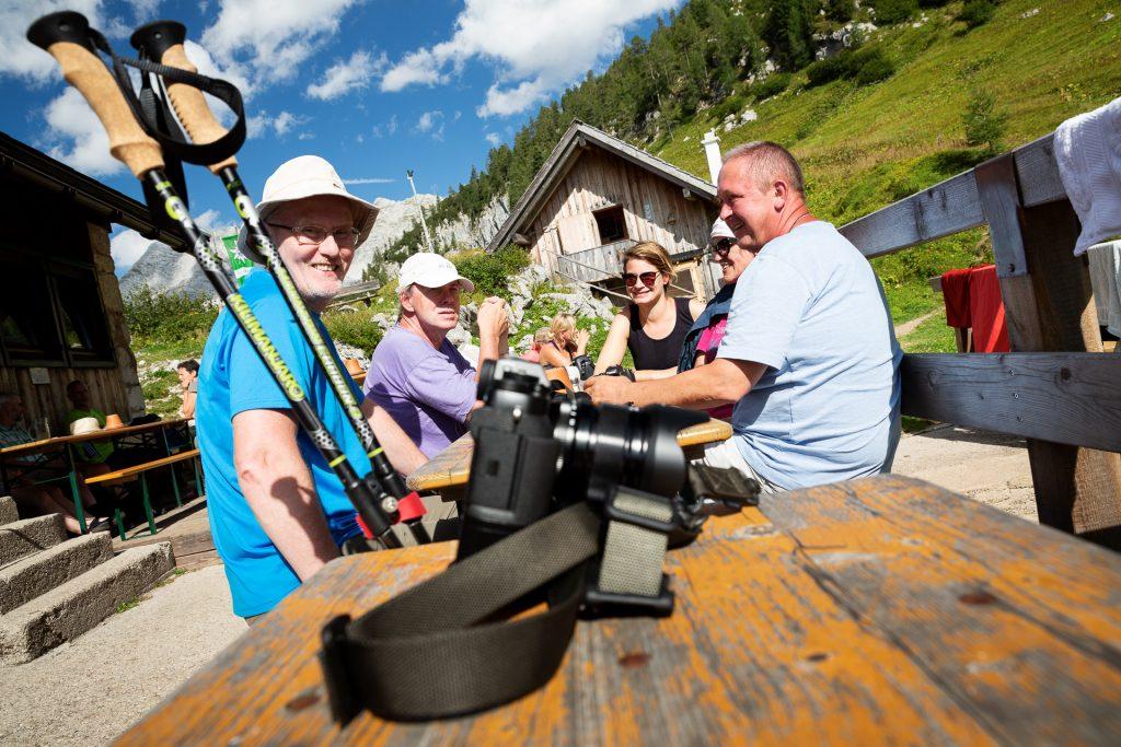 Die Pühringerhütte ist bewirtschaftet. Nach einem gemeinsamen Essen kannst du die Füße bis zum Abend hochlegen und die Berge um dich herum genießen.