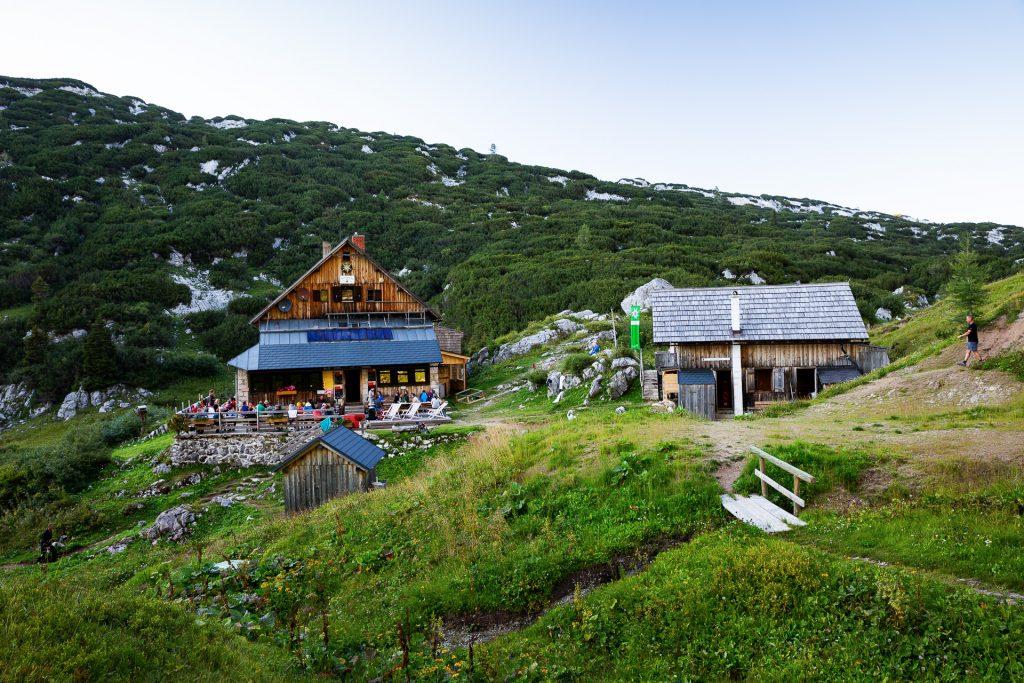 In der Pühringer Hütte beziehen wir unser Nachtlager. Vor Ort gibt es nur Waschbecken und Toiletten, aber keine Duschmöglichkeit. Dafür kannst du abenteuerlich im Elmsee nahe der Hütte baden und schwimmen gehen.