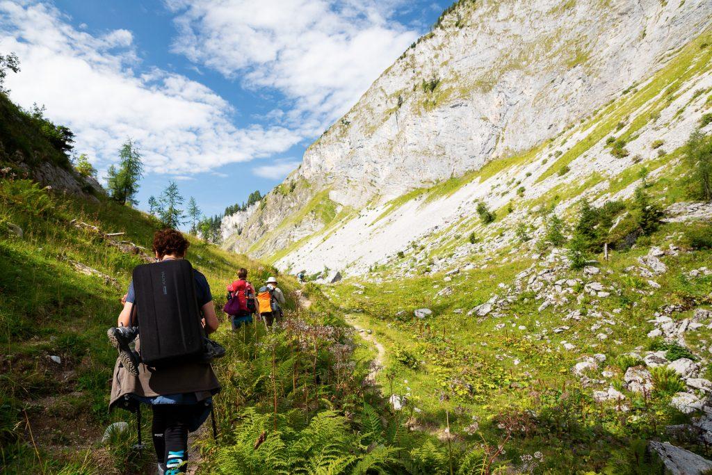 Auf dem Weg zu den Lahngang Seen verändert sich die Landschaft und es präsentieren sich dir eindrucksvolle Bergmassive.