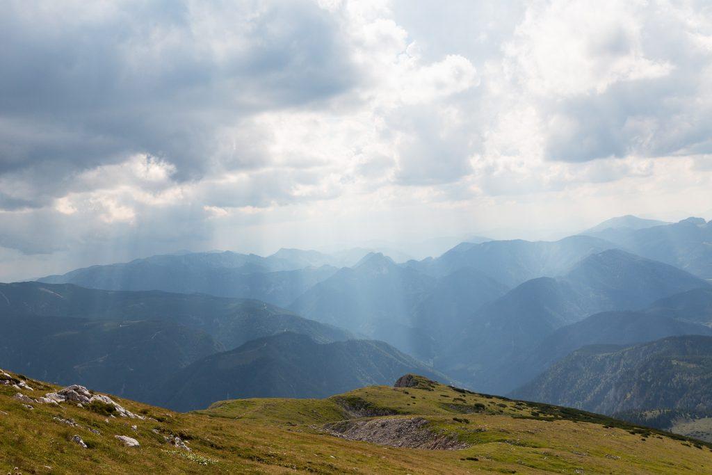 Auf dem Weg präsentiert dir der Schneeberg noch einen phantastischen Weitblick.