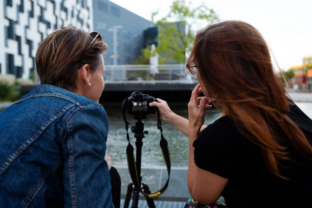Gemeinsam gehen wir auf Fotostreifzug über das Gelände der Wirtschafts-Universität. Die Fotogenehmigung ist in unserem Kurs inkludiert.