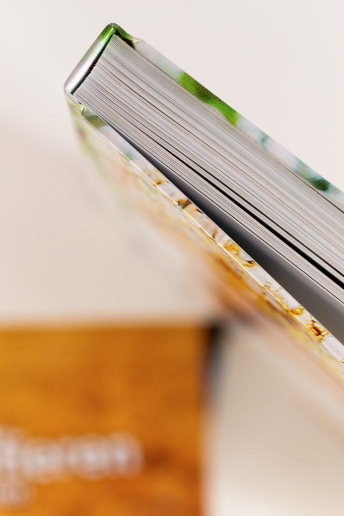 Du erfährst die Unterschiede bei den Buch-Bindungsarten und den verschiedenen Papierqualitäten.