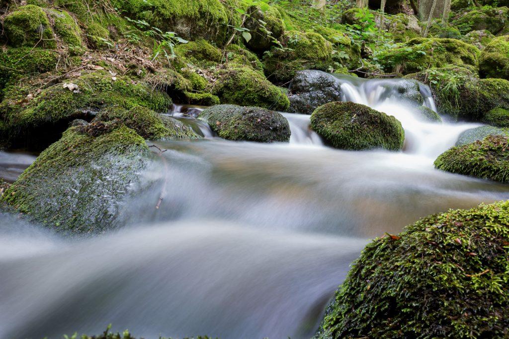 Lerne die Kunst der Langzeitbelichtung zu meistern. Von langsam bis schnell fließendem Wasser.