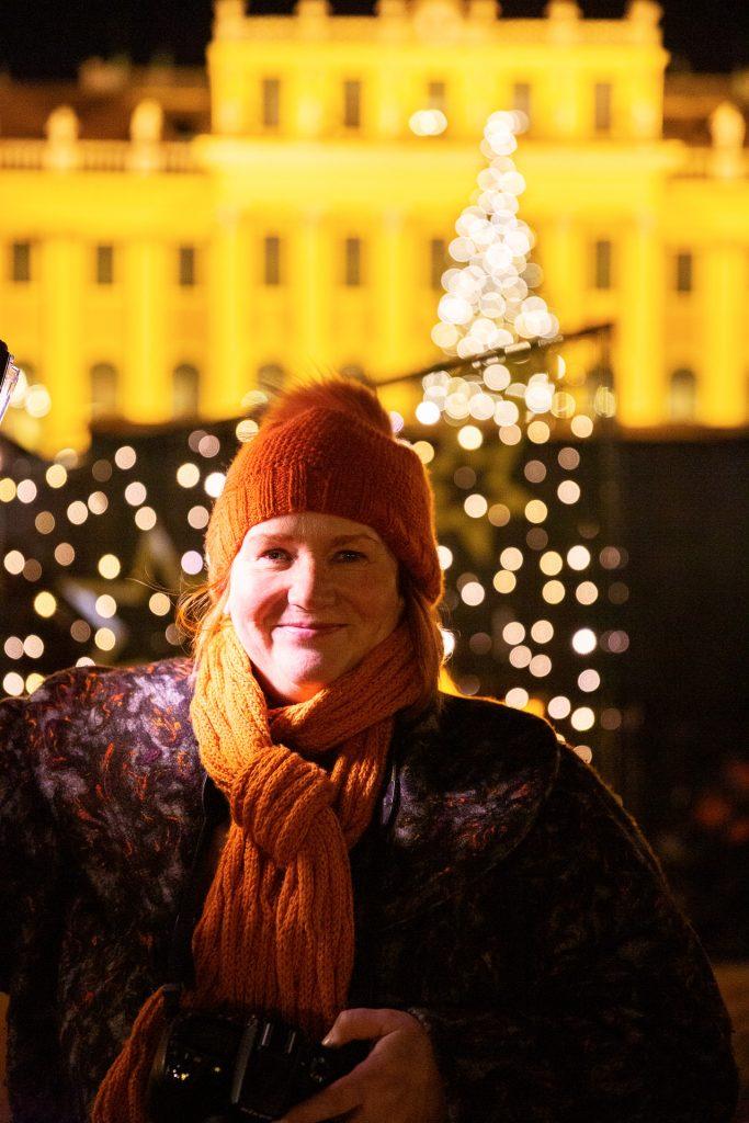 Nutze die funkelnden Lichter am Adventsmarkt für Portraits.