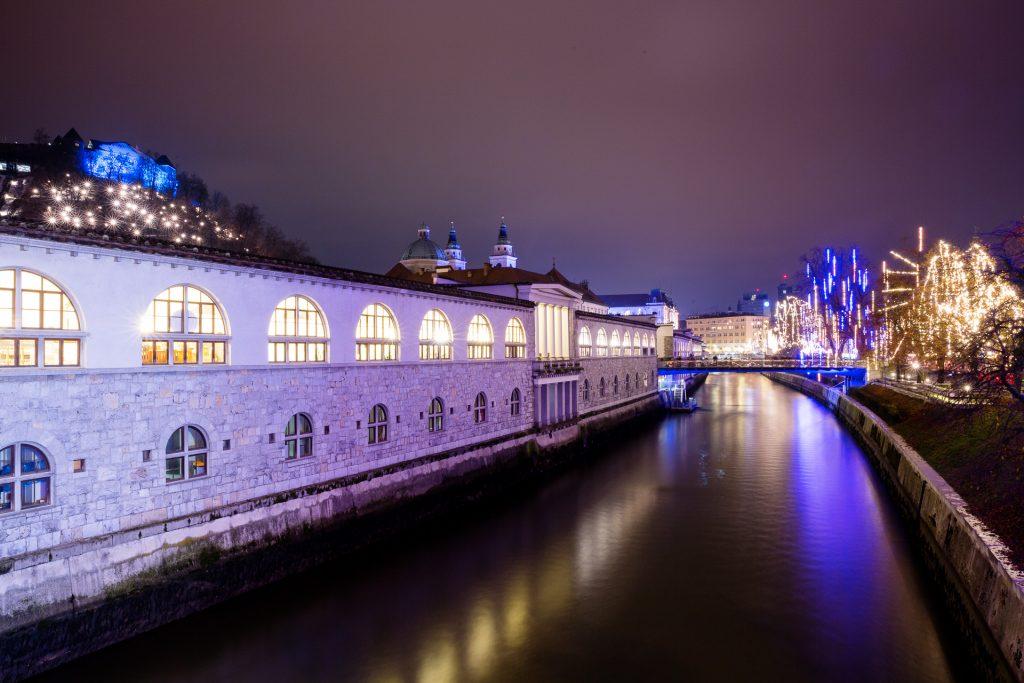 Die vielen Brücken bieten sich hervorragend für Langzeitbelichtungen der festlich beleuchteten Stadt an.