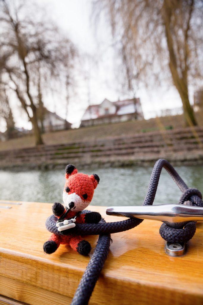 Finn zeigt dir, wie du dich und dein Equipment bei unserer Bootsfahrt sicherst.