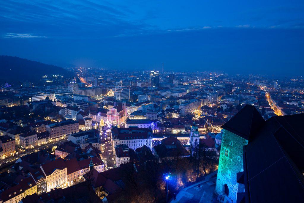 Das Festival of Lights in der blauen Stunde aus der Vogelperspektive hoch oben auf dem Aussichtsturm fotografieren.