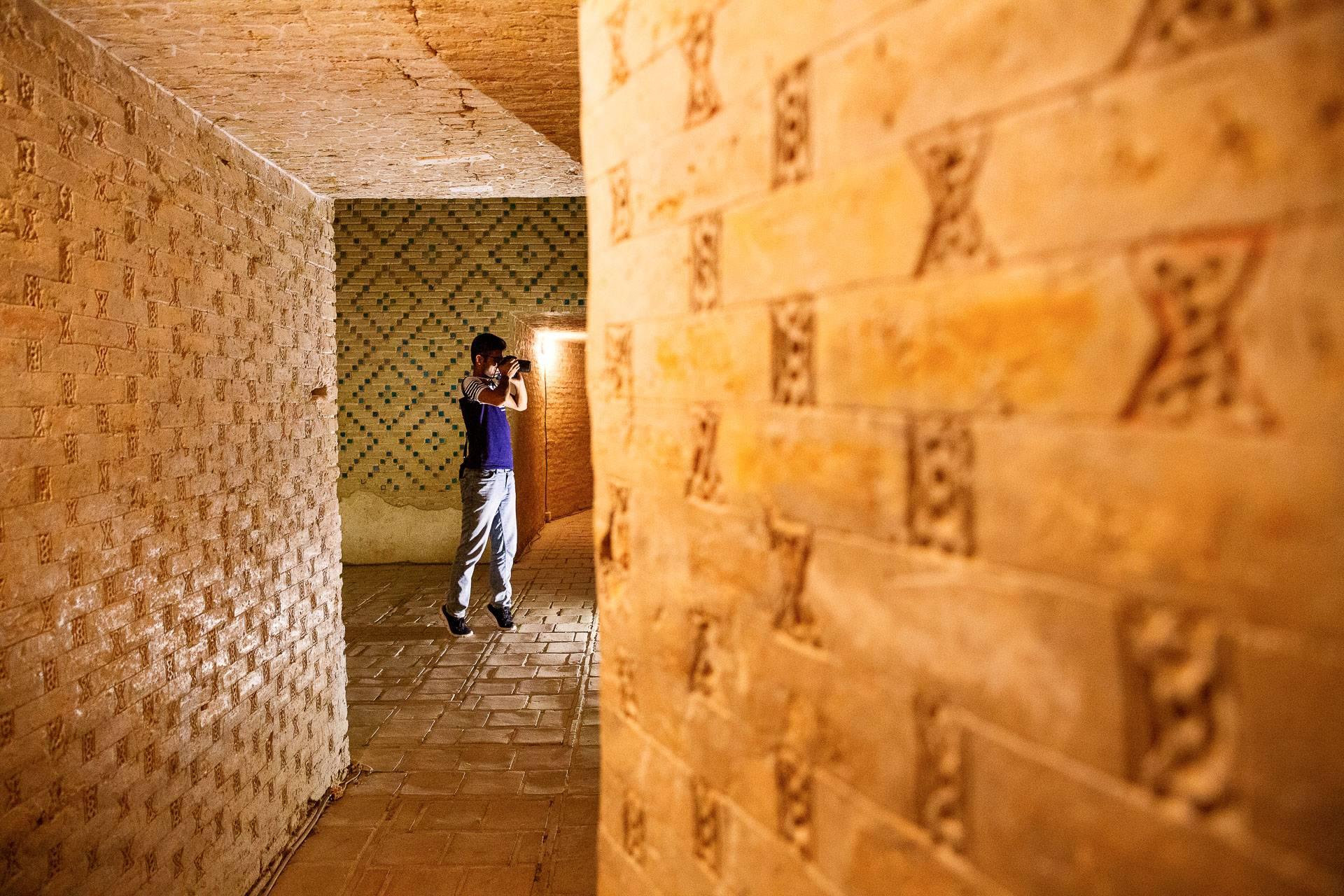Mach dir den räumlichen Verlauf von Mustern an Wänden für eine ausgefuchste Tiefenwirkung zu Nutze.
