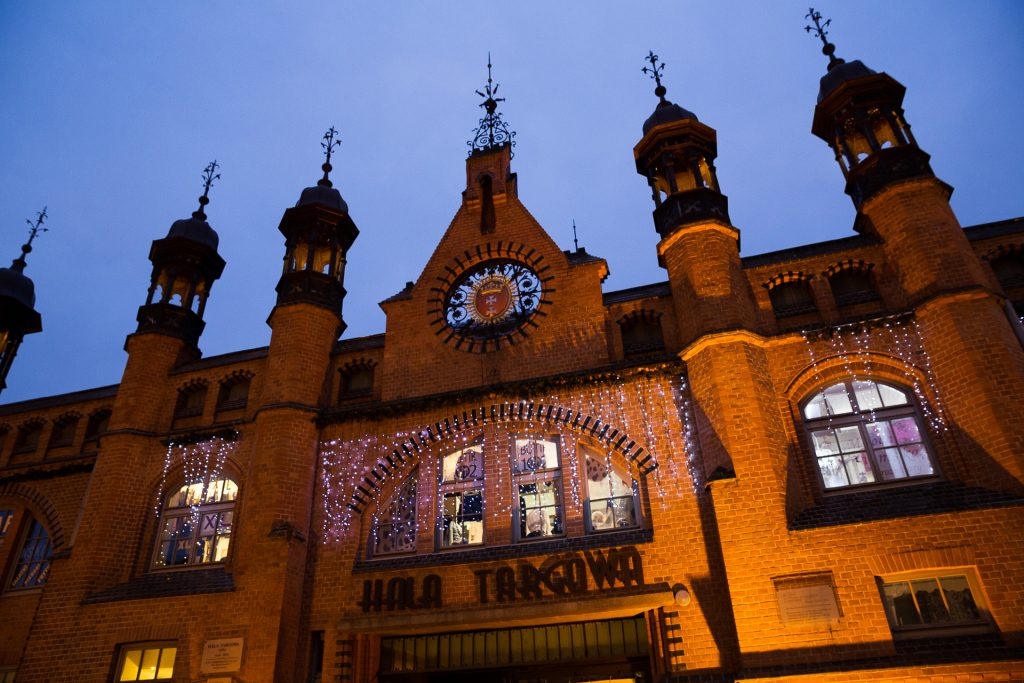 Die Gebäude in der Altstadt bieten durch ihre Beleuchtung einen besonders ausgefuchsten Kontrast zum Abendhimmel.