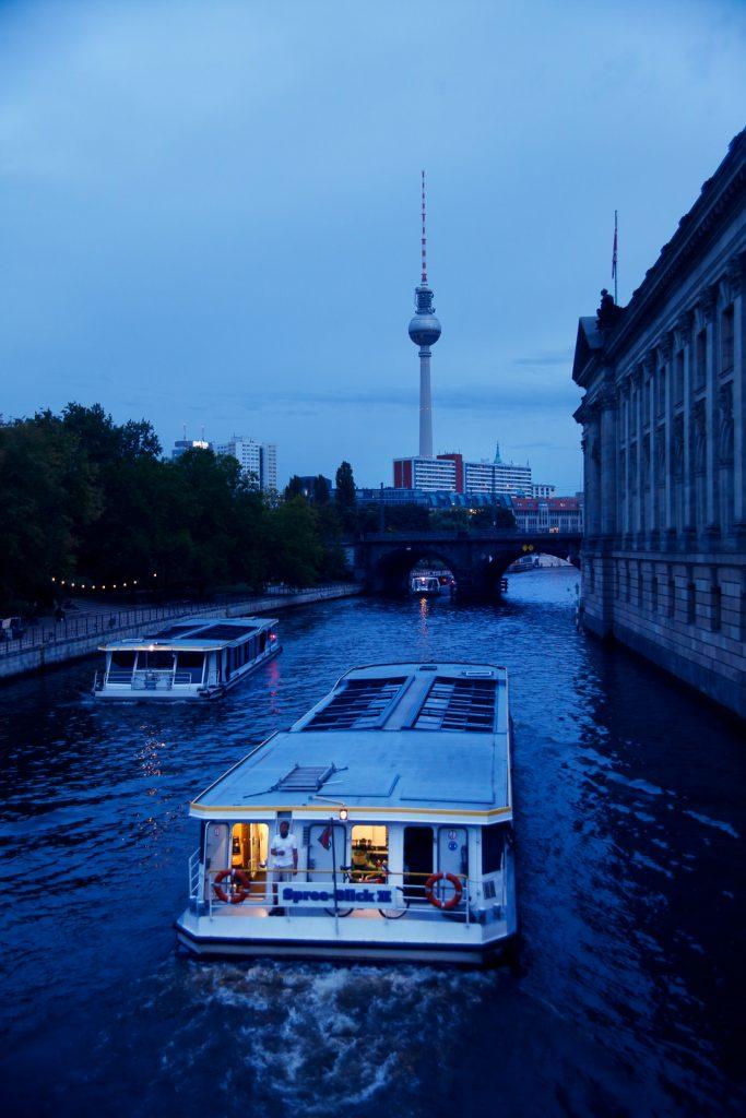 Wir nutzen die blaue Stunde auf der Museumsinsel für ausgefuchste Licht- und Farb-Effekte auf deinen Fotos.