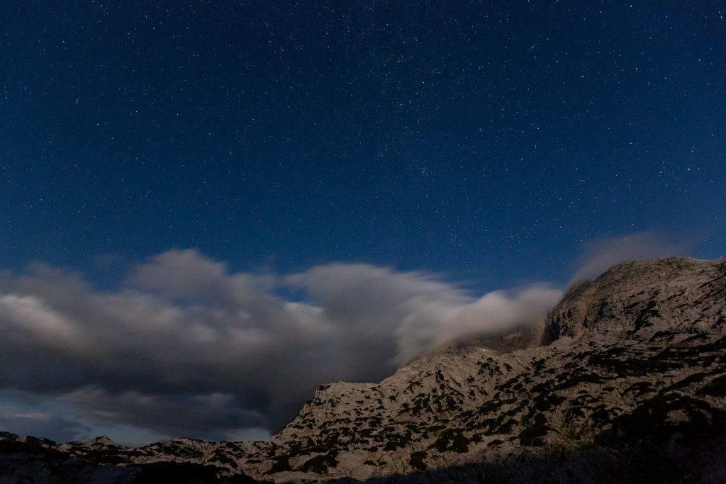 Wir erzählen dir Tipps und Tricks wie du beim Sterne Fotografieren den Sternenhimmel auf deinen Nachtaufnahmen erstrahlen lässt.