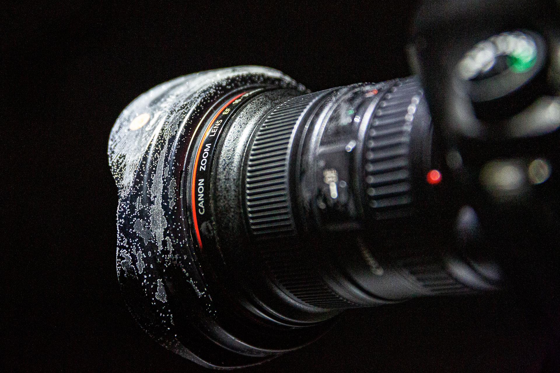 Um dein Objektiv fit für kalte Nächte beim Sterne Fotografieren zu machen, packe einen Handwärmer ein und befestige ihn unter deinem Objektiv.