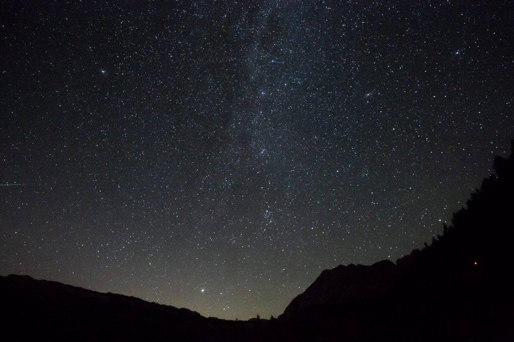 Lass den Sternenhimmel erstrahlen und lerne Sterne fotografieren.