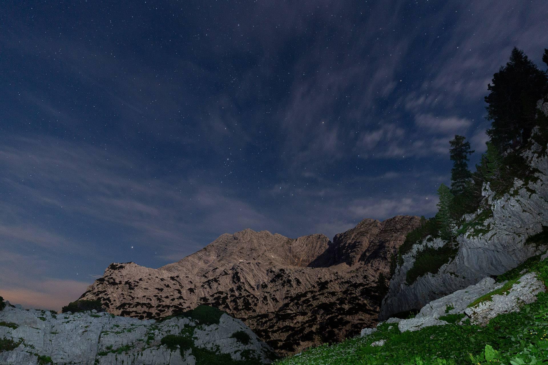 Mit einer Stirnlampe kannst du deinen Vordergrund ausleuchten und spezielle Licht und Farb-Effekte auf deine Nachtfotos zaubern.