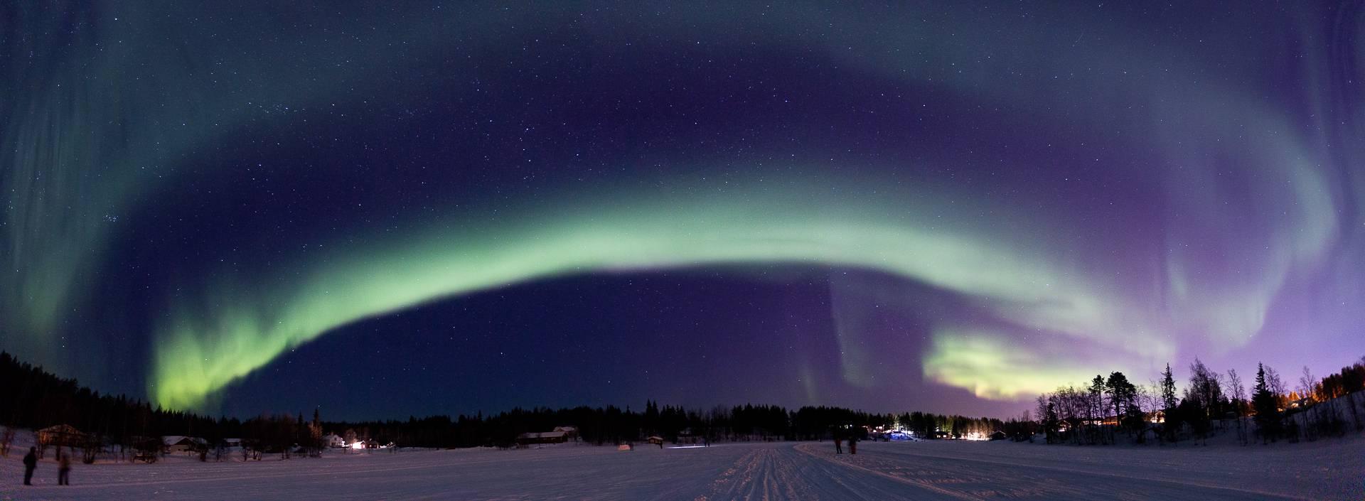 In Finnland haben wir ein besonders schönes Beispiel einer Lichtglocke fotografiert. Selbst der kleine Ort Levi erzeugt in der Nacht eine enorme Menge an Licht.
