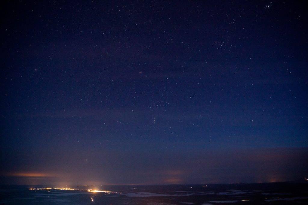 Lichter von Städten können sich störend auf deine Fotos vom Nachthimmel auswirken.