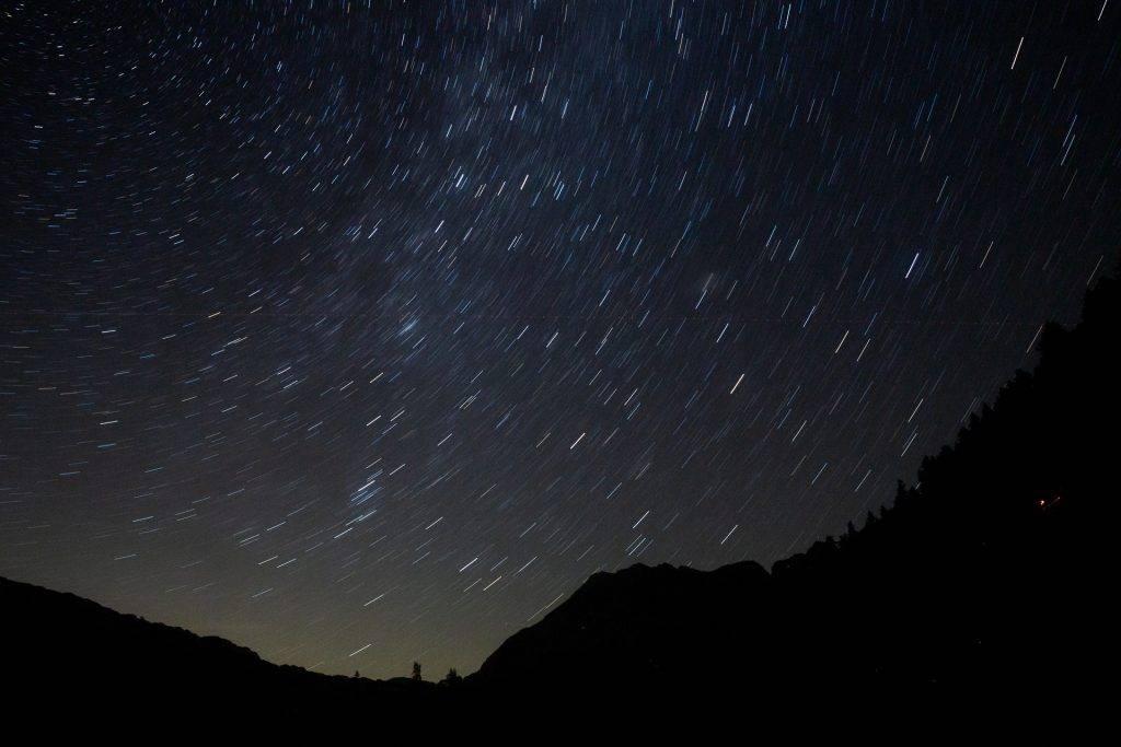 Lerne Sternenspuren fotografieren. Stell dich auf längere Wartezeiten ein.