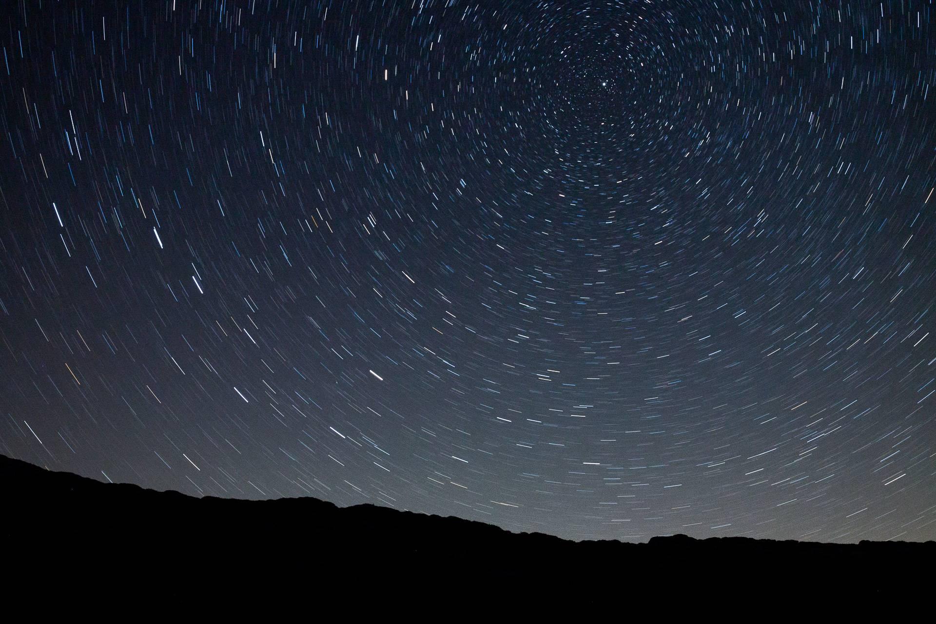 Sternspuren um den Polarstern. Bei einer Belichtungszeit von 10 Minuten werden die ersten Sternspuren schon gut sichtbar abgebildet.