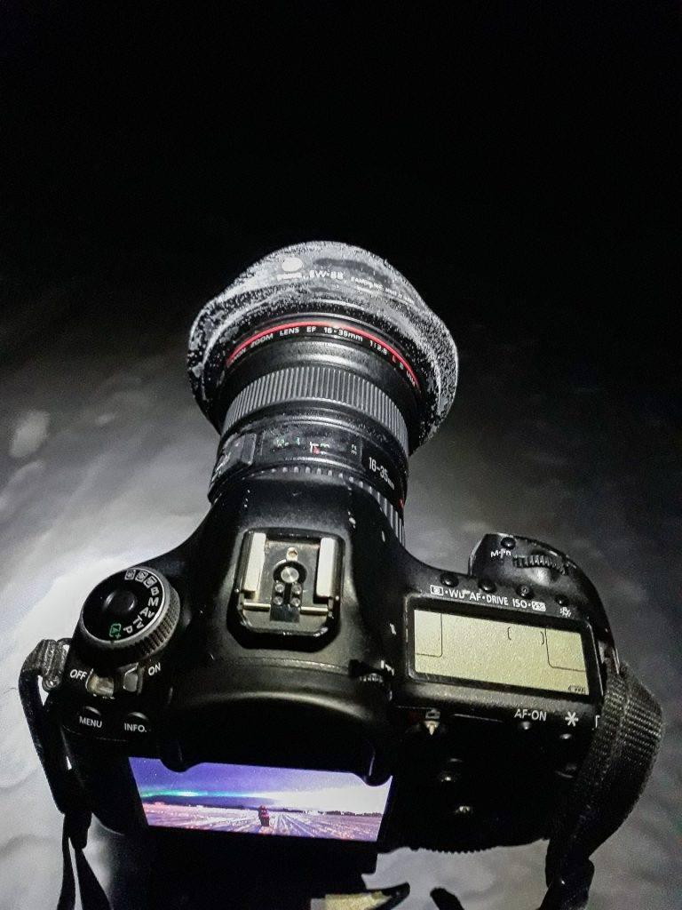 Mach dein Objektiv für das Sterne Fotografieren in kalten Nächten fit.