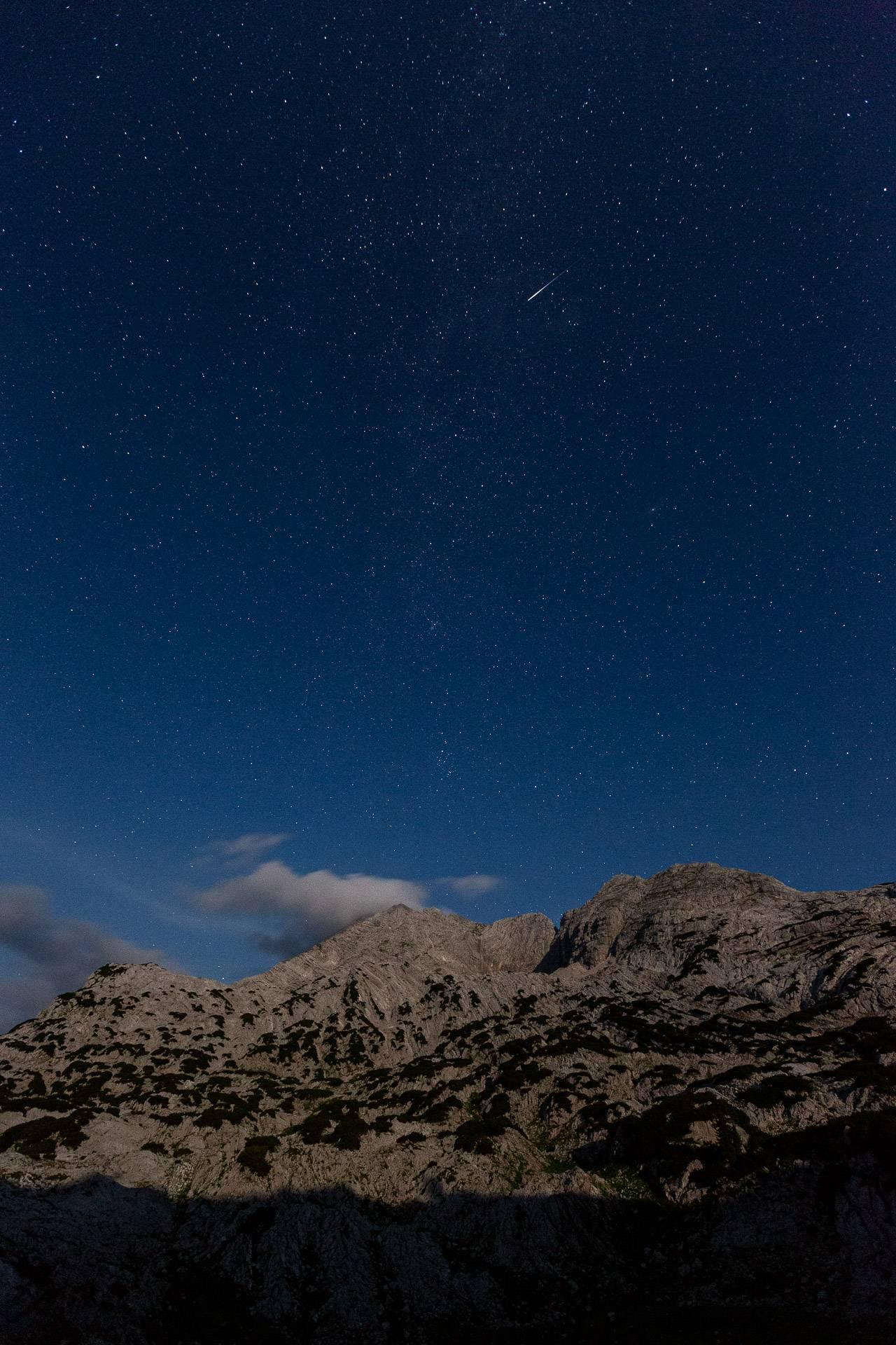 Ein Perseide flitzt durch die Milchstraße. Bei einem 16mm Weitwinkel Objektiv sind die Sterne bei 10 Sekunden Belichtungszeit immer noch als klare Punkte erkennbar.