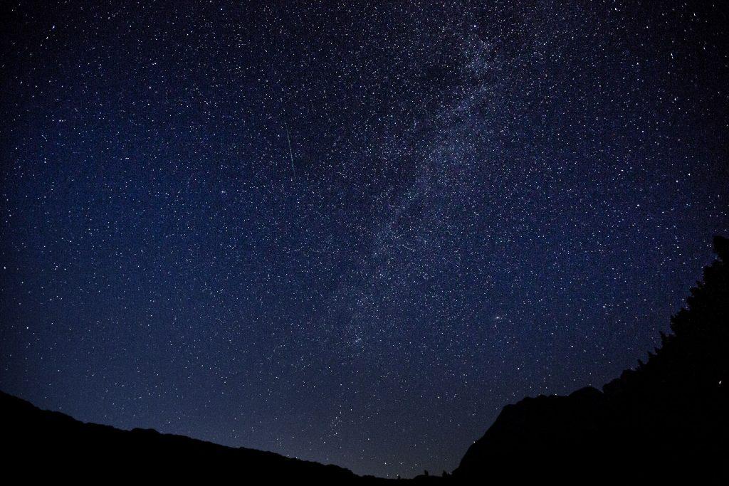 Bei Neumond, also ohne Restlicht des Mondes, hast du eine bessere Sicht auf die Sterne. Denn ohne Streulicht in der Atmosphäre bilden sich die Sterne besser am dunklen Himmel ab.