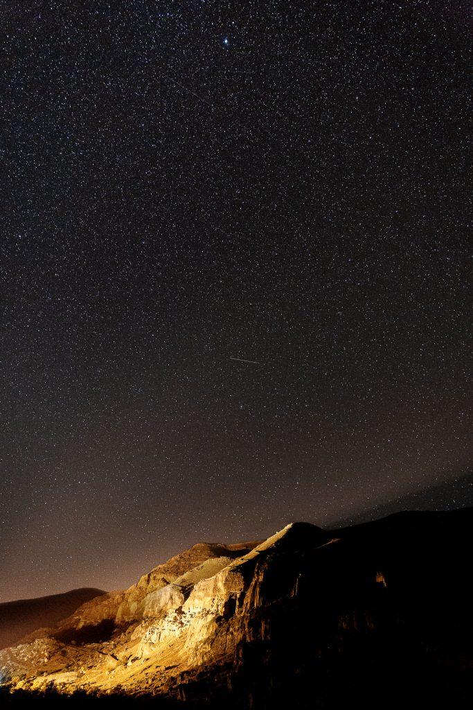 Baue Umgebungslicht gezielt in dein Fotomotiv vom Sternenhimmel ein.