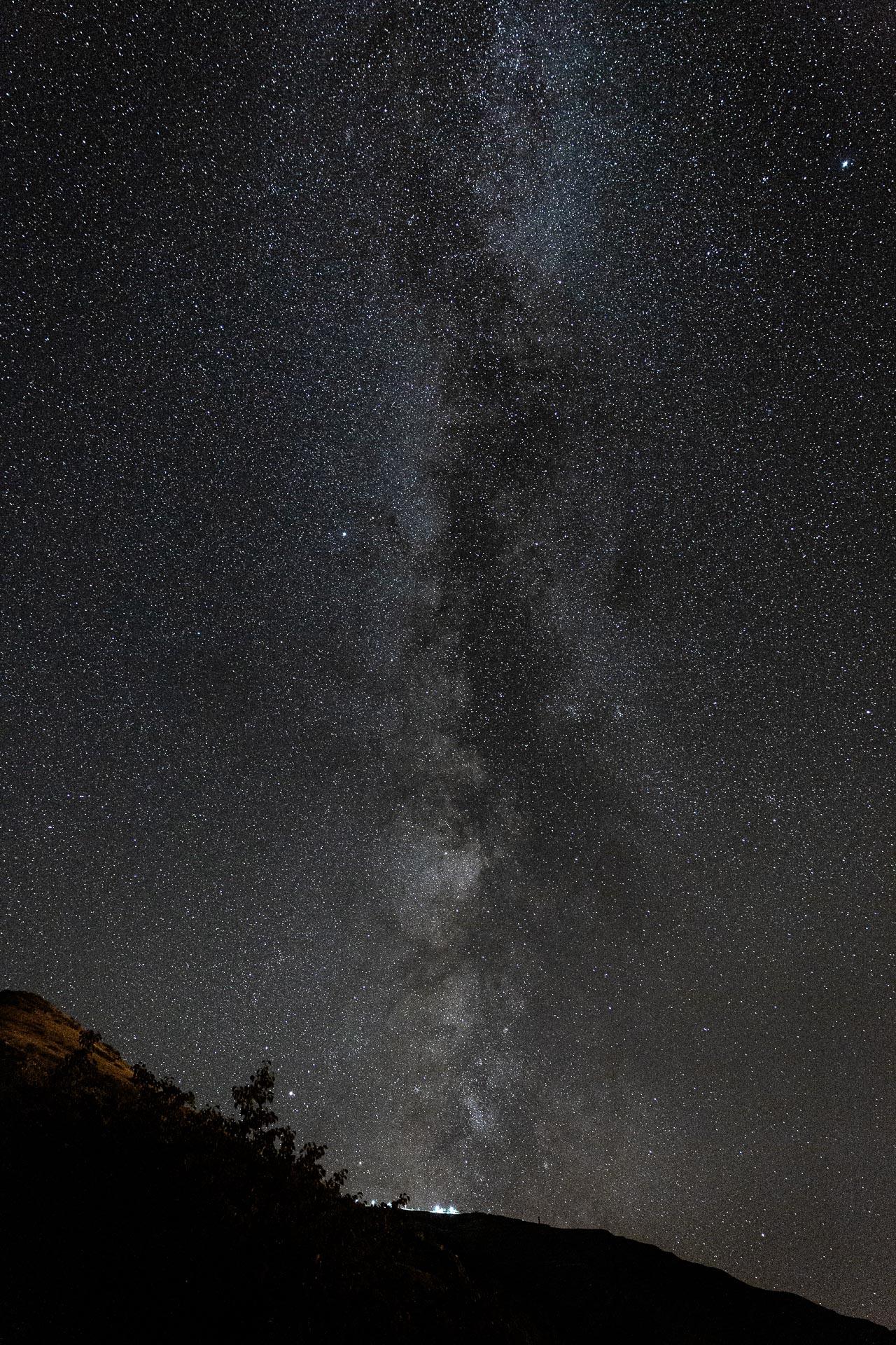 Fotografierst du den Sternenhimmel mit einem Weitwinkel-Objektiv, erhältst du durch einen Vordergrund einen ausgefuchsten Größenvergleich.
