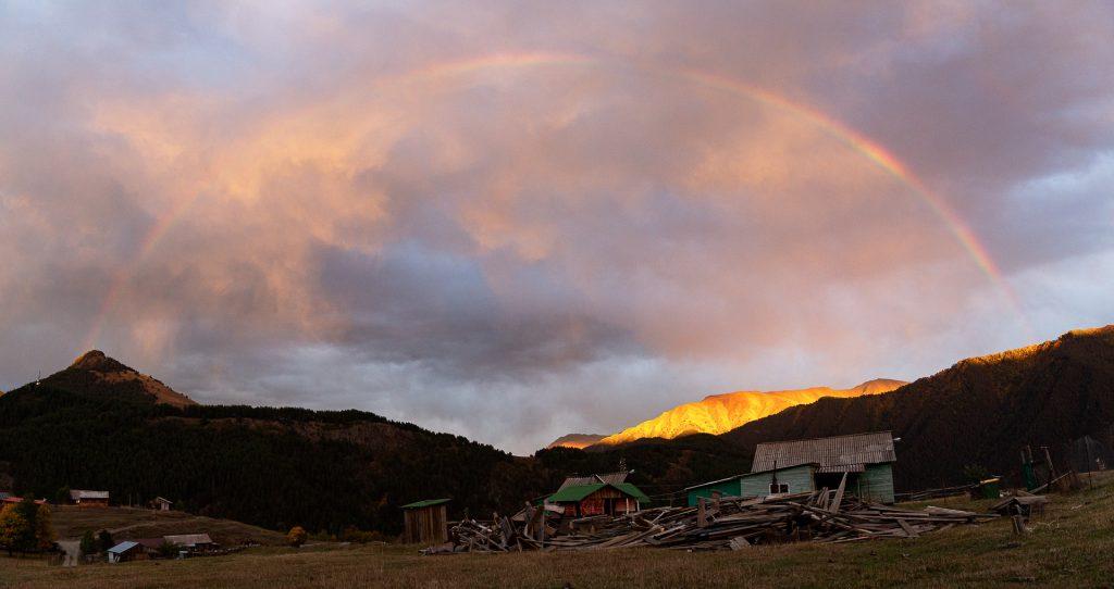 Wir fotografieren in den schönsten Lichtstimmungen des Tages die beeindruckende Landschaft im Gebirge Georgiens.