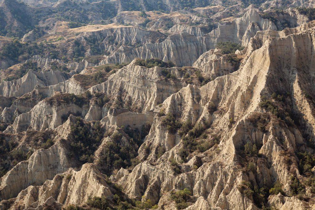 Die Wüsten- und Steppenlandschaften des Vashlovani Nationalparks faszinieren in der Weite wie im Detail.