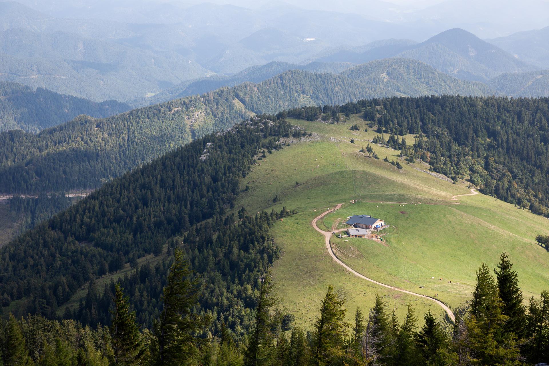Komm mit uns auf einenFotostreifzug am Plateau des Schneeberges. Erlebe in einer kleinen Gemeinschaft eine Bahnfahrt auf den Berg und einen einfachen fotografischen Wandertag in Niederösterreich mit fantastischen Ausblicken.