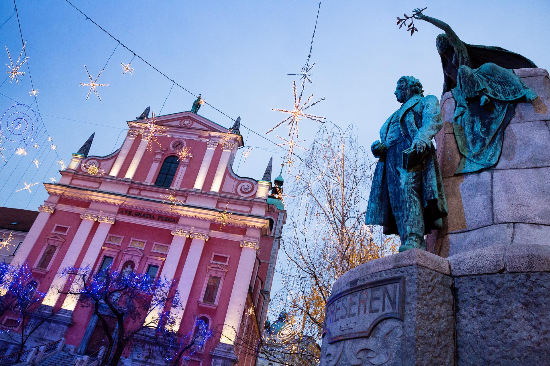 Unsere Fotoreisen Winter-Saison eröffnen wir in Sloweniens Hauptstadt. Banne das Lichterfest von Ljubljana auf Bild. Eine genussvolle Fotoreise inklusive Bootsfahrt.