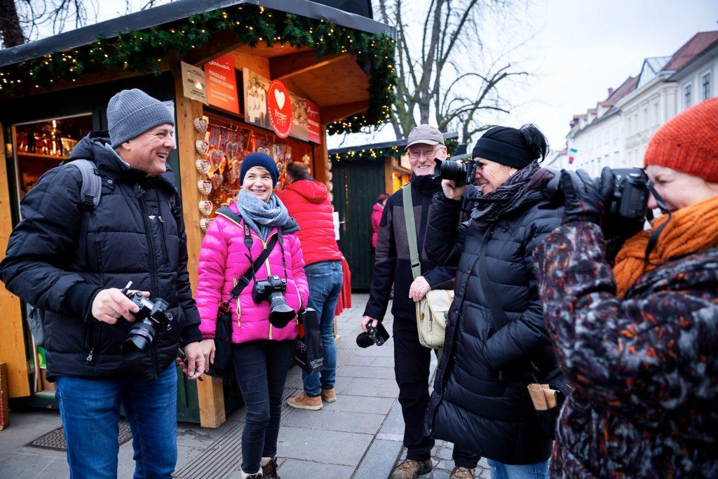 Es erwartet dich ein ausgefuchster Bonus bei Anmeldungen direkt an unserem Stand. Sei bereit für unsere Fotoreisen und Fotokurse im Winter. Wir besuchen Sloweniens Hauptstadt zum Lichterfest im Advent.