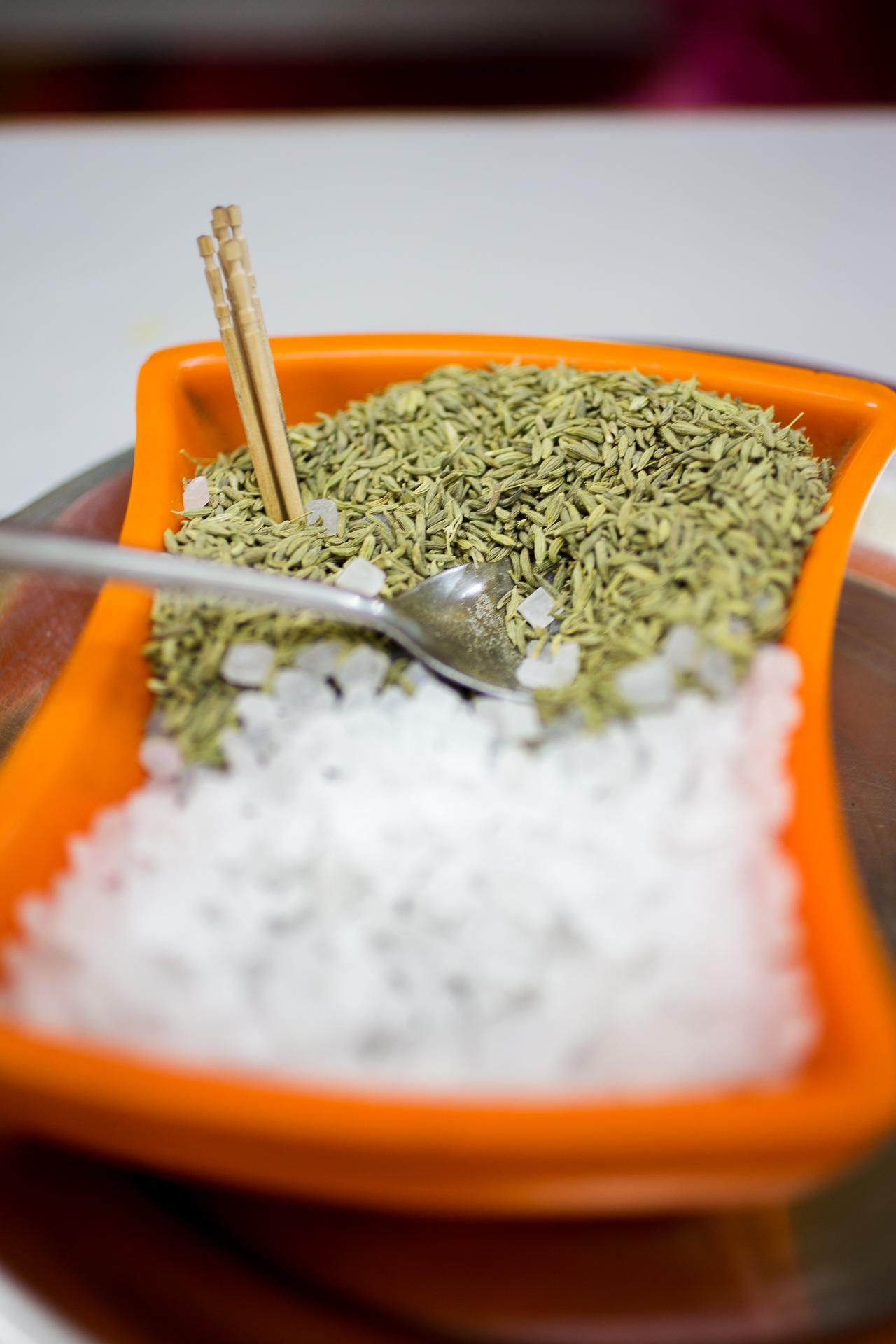 Fenchelsamen und Zucker. Das indische Rezept für einen frischen Atem nach dem Essen.