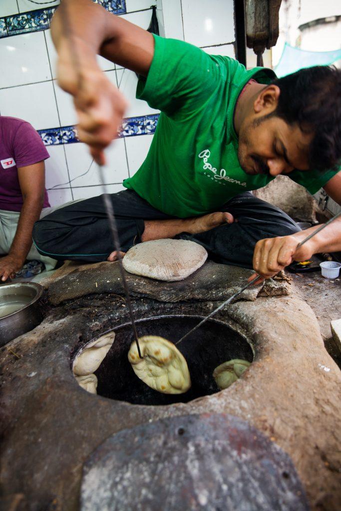 Chapati werden auf viele Arten zubereitet. Hier im Tandoori Ofen.