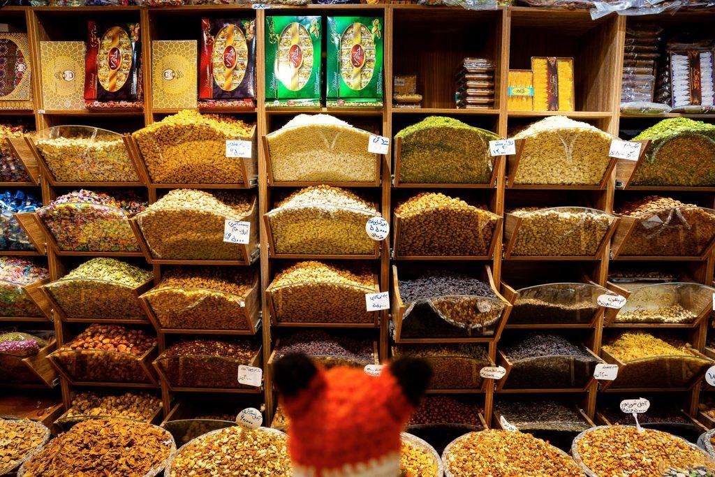 Die FOTOFÜCHSE Wunschorte. Bei den vielen Köstlichkeiten auf den persischen Märkten kann sich Finn nur schwer entscheiden. Bitte ein Mal alles kosten!