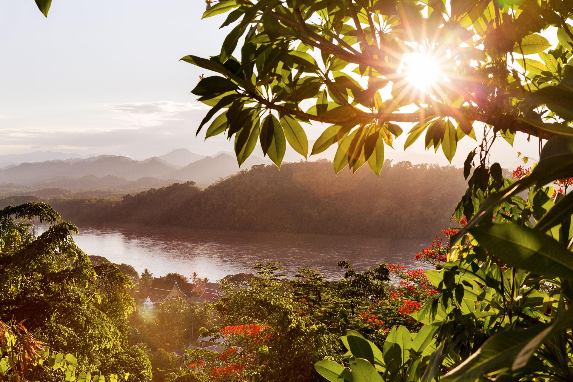 Die FOTOFÜCHSE Wunschorte. Die letzten Sonnenstrahlen über dem asiatischen Urwald und dem mächtigen Mekong in Luang Prabang am Mount Phousi genießen.