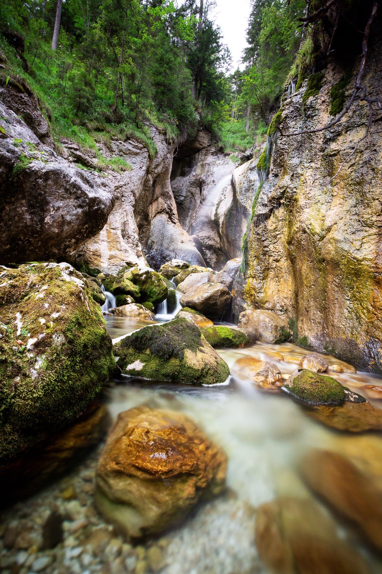 Der rauschende Zimitz Wasserfall. Auch ein idealer Platz um sich die Füße zu erfischen.
