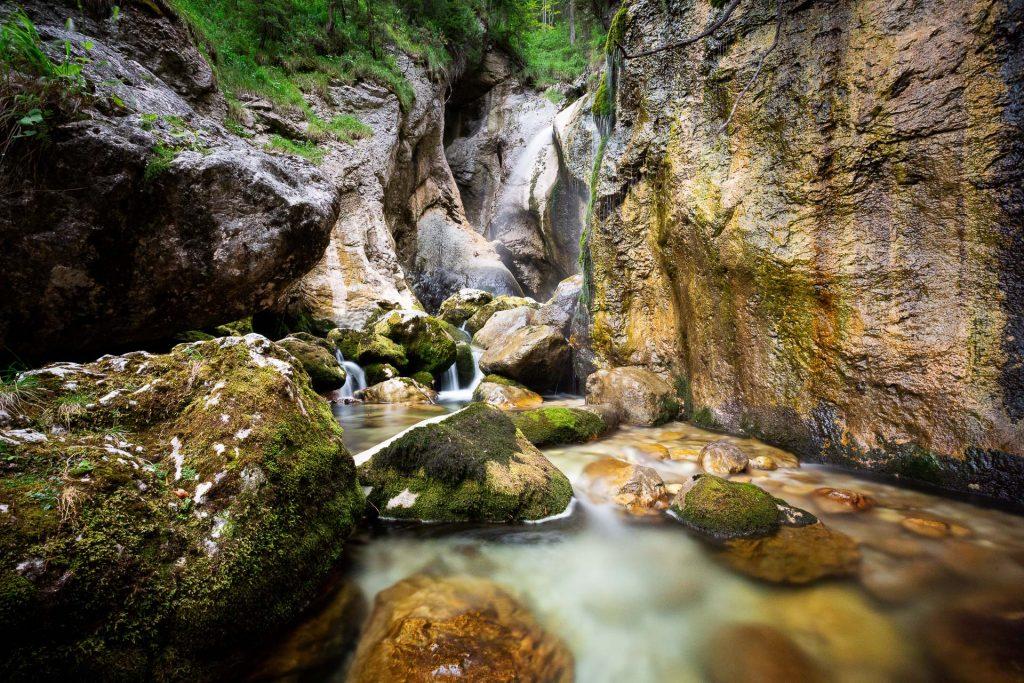DIE FOTOFÜCHSE Foto Locations Salzkammergut. Bei einer Pause mit Langzeitbelichtungen am Zimitz Wasserfall kannst du dir deine Füße im kalten Gebirgsbach erfrischen.