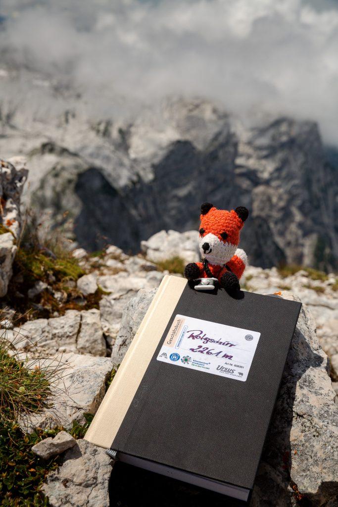 DIE FOTOFÜCHSE Foto Locations Salzkammergut. Nachdem du am Gipfel die grandiose Aussicht genossen hast, trage dich ins Gipfelbuch ein.