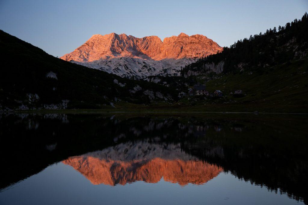 DIE FOTOFÜCHSE Foto Locations Salzkammergut. Das Rotgschirr färbt sich kurz nach Sonnenuntergang in sein namens gebendes Rot. Ein Naturspektakel, das die Fotofuchsherzen höher schlagen lässt.