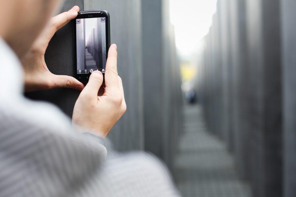 Beim Fotokurs Architekturfotografie Berlin kannst du auch mit deiner Handy-Kamera teilnehmen.